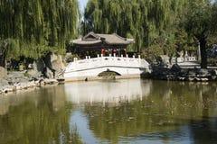 China, Ásia, Pequim, o jardim grande da vista, construções antigas Fotos de Stock Royalty Free