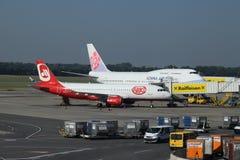 China Airlines Boeing 747-400 en Niki Airbus a320 bij poort bij de Luchthaven van Wenen Stock Foto's