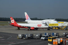 China Airlines Boeing 747-400 et Niki Airbus a320 à la porte à l'aéroport de Vienne Photos stock