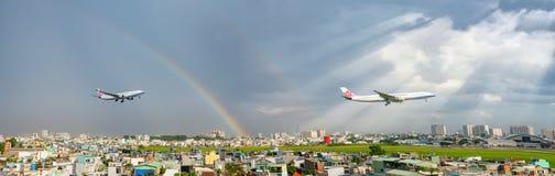 China Airlines Boeing 747 Ladingsvlieg over stedelijke gebieden met regenboog achter hemel bereidt landende Tan Son Nhat Internat stock fotografie