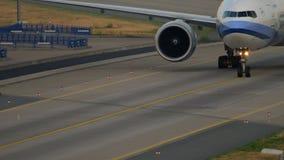 China Airlines Boeing 777 que lleva en taxi metrajes