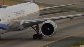 China Airlines Boeing 777 que lleva en taxi almacen de metraje de vídeo