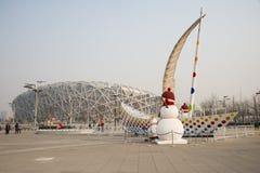 China Asia, Pekín, el estadio nacional, decoración del Año Nuevo, muñeco de nieve, navegando Fotos de archivo libres de regalías