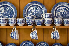 China azul antiga no Sideboard Fotografia de Stock