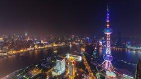China céntrica del lapso de tiempo del panorama 4k de la bahía del río de Shangai de la iluminación de la noche almacen de metraje de vídeo