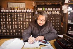 China: Chinesischer traditioneller Medizindoktor Lizenzfreies Stockbild