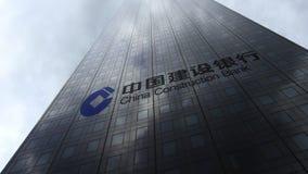 China Construction Bank-embleem op een wolkenkrabbervoorgevel die op wolken wijzen Het redactie 3D teruggeven Royalty-vrije Stock Afbeeldingen