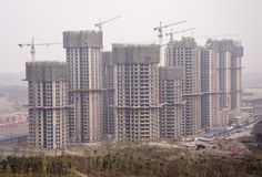 China: Construction site in a polluted city Royalty Free Stock Photography