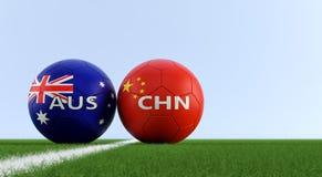 China contra Fósforo de futebol de Austrália - bolas de futebol em cores nacionais de China e de Australias em um campo de futebo Imagem de Stock