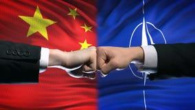 China contra o conflito da OTAN, crise das relações internacionais, punhos no fundo da bandeira filme