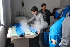 CHINA - 15 DE ENERO: El chino viste la fábrica con las costureras Fotos de archivo libres de regalías