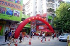China de Shenzhen: calle del popo abierta para la celebración del negocio Imágenes de archivo libres de regalías