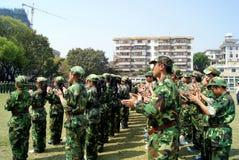 China de Shenzhen: estudiantes de la escuela secundaria en el entrenamiento militar Imagen de archivo libre de regalías