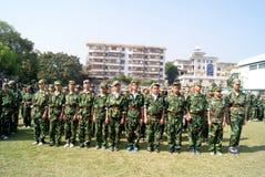 China de Shenzhen: estudiantes de la escuela secundaria en el entrenamiento militar Imágenes de archivo libres de regalías