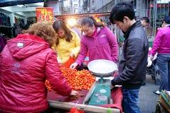 China de Shenzhen: los tomates del elegir y de la compra Imagen de archivo