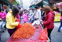 China de Shenzhen: los tomates del elegir y de la compra Imágenes de archivo libres de regalías
