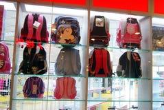 China de Shenzhen: muestre a estudiantes la muestra del bolso en las ventanas de la tienda Imágenes de archivo libres de regalías