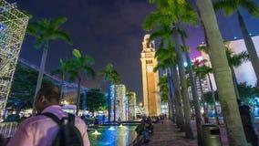 China del lapso de tiempo del panorama 4k de reloj de la noche que camina del parque ligero de la torre almacen de metraje de vídeo