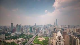 China del lapso de tiempo del panorama 4k del top del tejado de la calle del tráfico del paisaje urbano de Shangai del día metrajes