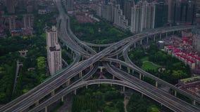 China del lapso de tiempo del panorama 4k del top del tejado del empalme de camino del tráfico de ciudad de Shangai del día almacen de metraje de vídeo