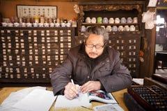 China: Doctor tradicional chino de la medicina Imagen de archivo libre de regalías