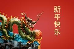 China-Drachestatue auf dem roten Hintergrund Stockfotografie