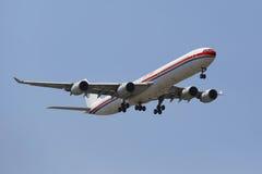 China Eastern Airlines Airbus A340 no céu de New York antes de aterrar no aeroporto de JFK Imagem de Stock