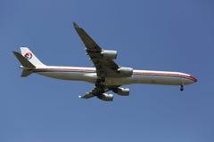 China Eastern Airlines flygbuss A340 i New York himmel, innan att landa på JFK-flygplatsen Royaltyfri Foto