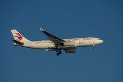 China Eastern Airlines flygbuss A330 på sista inställning till Sydney Airport på tisdag 23 Maj 2017 Arkivfoton