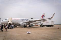 China Eastern Airlines flygplan som landas på den Shanghai Pudong flygplatsen Arkivbilder