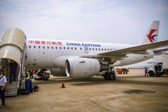China Eastern Airlines flygplan som landas på den Shanghai Pudong flygplatsen Royaltyfria Bilder