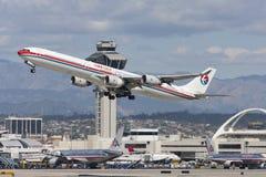 China Eastern Airlines-Luchtbusa340 vliegtuig die van de Internationale Luchthaven van Los Angeles opstijgen Stock Foto's