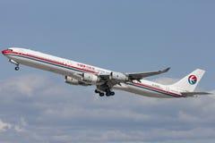 China Eastern Airlines-Luchtbusa340 vliegtuig die van de Internationale Luchthaven van Los Angeles opstijgen Stock Foto