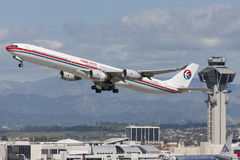 China Eastern Airlines-Luchtbusa340 vliegtuig die van de Internationale Luchthaven van Los Angeles opstijgen Royalty-vrije Stock Afbeeldingen