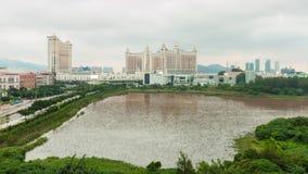 China famosa del lapso de tiempo del panorama 4k de la charca del bloque del hotel de la luz del día de Macao almacen de metraje de vídeo