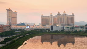 China famosa del lapso de tiempo del panorama 4k del scape de la reflexión de la charca del hotel de Macao de la puesta del sol metrajes