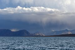 China Grandes lagos de Tibet Lago Teri Tashi Namtso na noite do verão sob um céu nebuloso imagens de stock royalty free