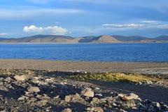 China Grandes lagos de Tibet Lago Teri Tashi Namtso no verão sob um céu nebuloso foto de stock
