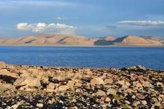 China Grandes lagos de Tibet Lago Teri Tashi Namtso no verão sob um céu nebuloso imagens de stock royalty free