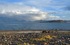 China Grandes lagos de Tibet Lago Teri Tashi Namtso no verão sob um céu nebuloso imagem de stock royalty free