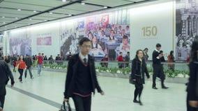 China, Hong Kong - 4 de marzo de 2015: Gente en túnel de la transición del subterráneo almacen de video