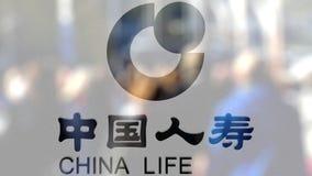 China Life firmy ubezpieczeniowej logo na szkle przeciw zamazanemu tłumowi na steet Redakcyjny 3D rendering Obraz Royalty Free