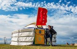 China - menina da vaca na frente de um yurt em Inner Mongolia imagens de stock royalty free