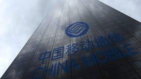 China Mobile-embleem op een wolkenkrabbervoorgevel die op wolken wijzen Het redactie 3D teruggeven Stock Foto's