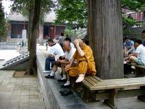 China: Monge em um monastério budista Imagem de Stock