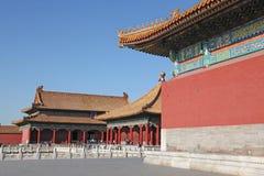 China Peking Verboden stad De Zaal van Centrale Harmonie (voorgrond) en de Zaal van het Bewaren van Harmonie Royalty-vrije Stock Foto's