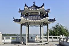 China-Reise, chinesisches Kunstgebäude, chinesischer Kiosk, Pavillon, Sommerhaus, Straßenrandschutz Lizenzfreie Stockfotografie