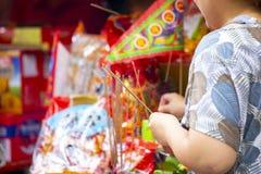 China, religião tradicional, costumes, Zhongyuan Purdue, festival de Ghost do chinês, crentes, incenso ardente, bênção fotografia de stock