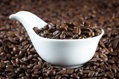 China-Schüssel mit Kaffeebohnen Stockbilder