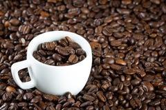 China-Schale mit Kaffeebohnen Stockbild